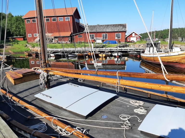 Vy över hamnen på Bassholmen med enbart äldre träbåtar.