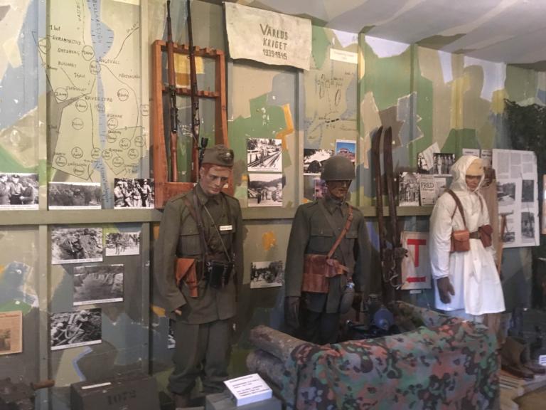 Dockor iförda militärkläder från första världskriget på Bohusläns försvarsmuseum