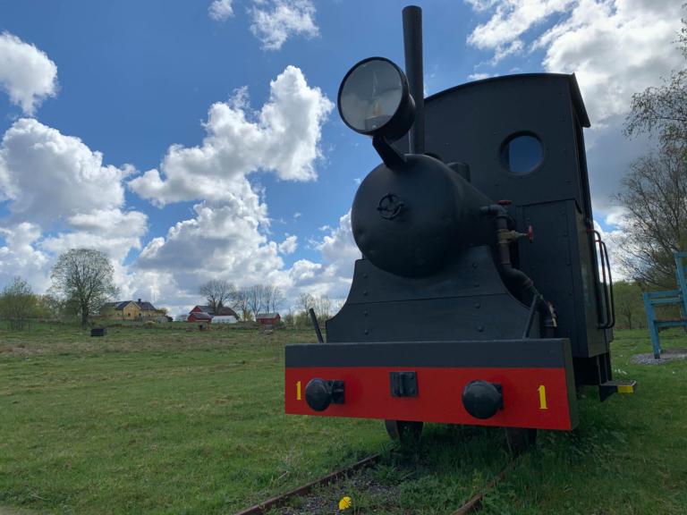 Eldriven miniatyr av ett ånglok för smalspårig järnväg..
