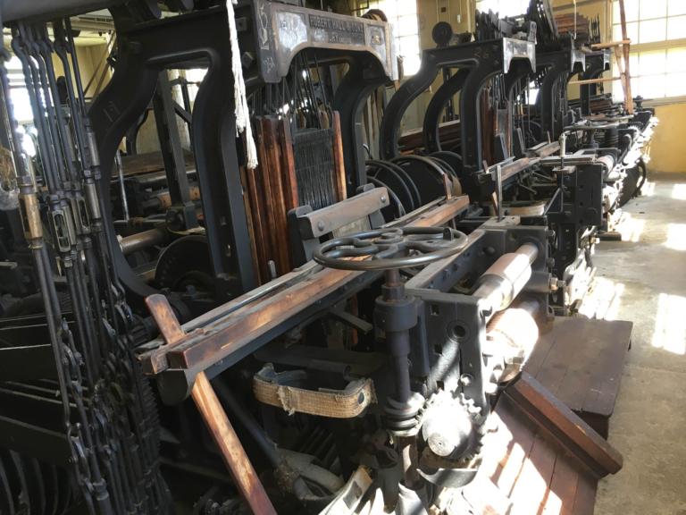 Fyra remtillverkningsmaskiner på rad.