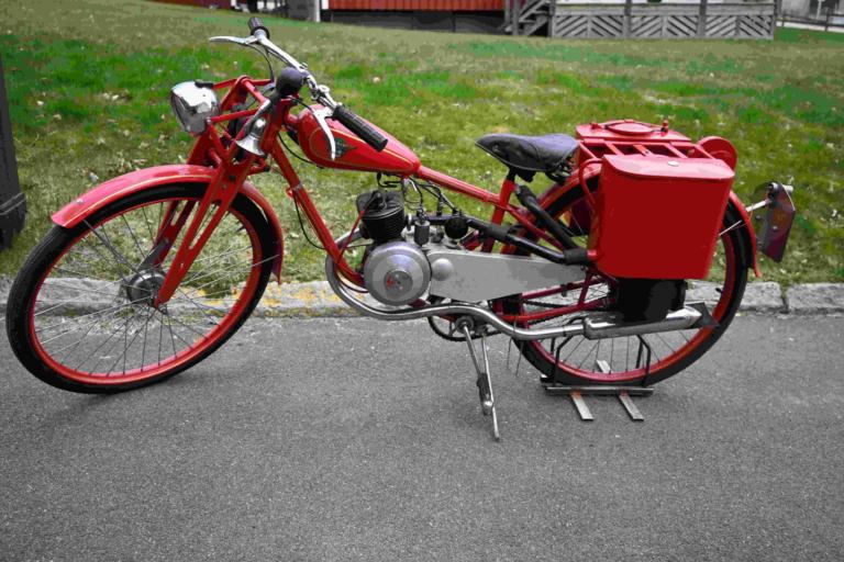 En röd, äldre eldriven moped.