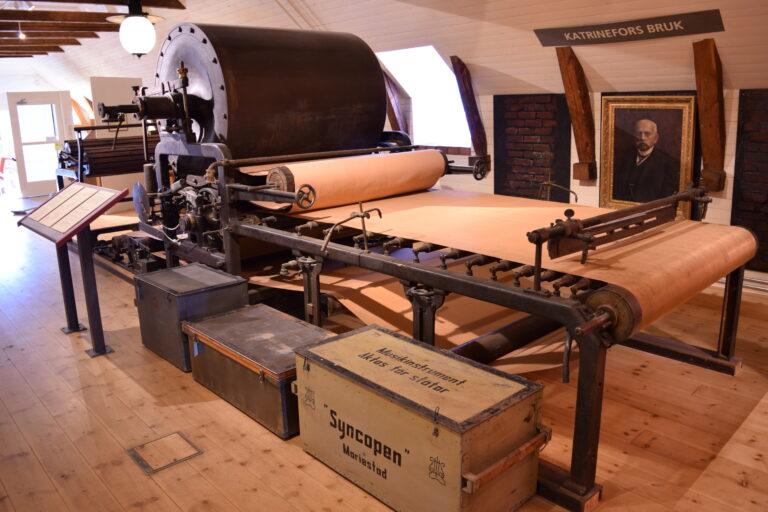Papperstillverkningsmaskin på Vadsbo museum.
