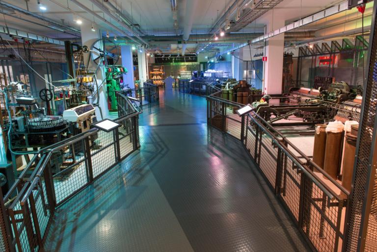 Bild över utställningshallen med textilmaskiner på Textilmuseet.