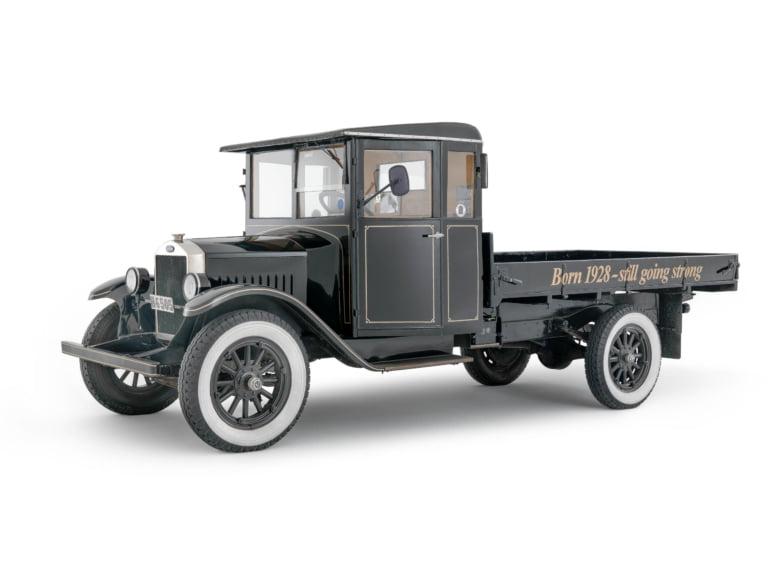 En Svart Volvolastbil med öppet flak från 1929.